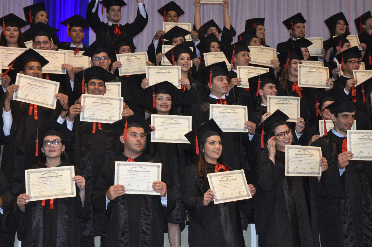 150 juristas de la FDCS celebran graduación