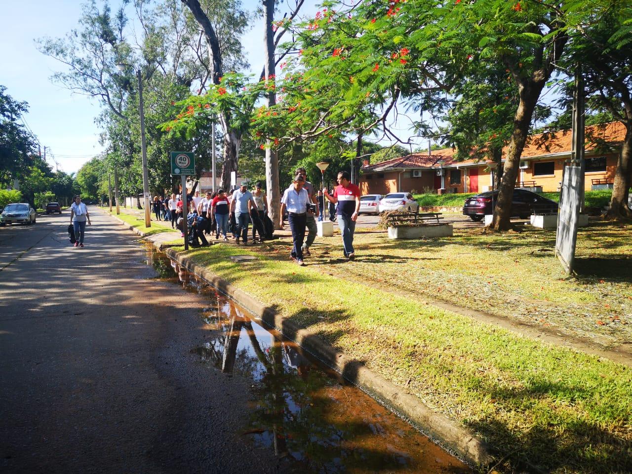 Minga para eliminar criaderos del mosquito transmisor del Dengue en el Campus
